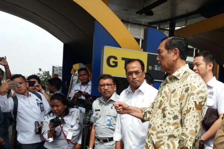 Menteri Koordinator Bidan Kemaritiman Luhut Binsar Pandjaitan bersama Menteri Perhubungan Budi Karya Sumadi melakukan kunjungan kerja ke Bekasi, Jawa Barat, Senin (5/3/2018).