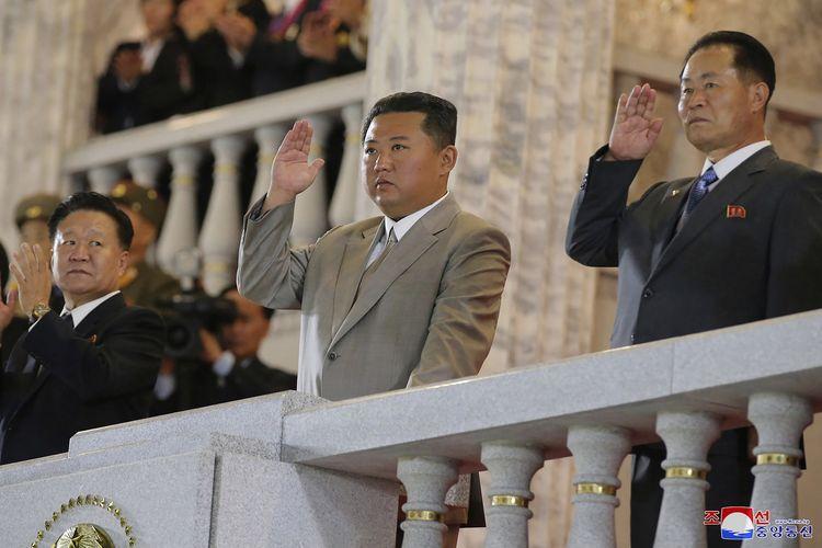 Foto yang dirilis Pemerintah Korea Utara menunjukkan Kim Jong Un (tengah) melambaikan tangan kepada barisan tentara dan penonton dalan perayaan HUT ke-73 Korut, di Lapangan Kim Il Sung, Pyongyang, Kamis (9/9/2021). Foto ini tidak bisa diverifikasi secara independen, karena jurnalis luar tidak diberi akses meliput acara.