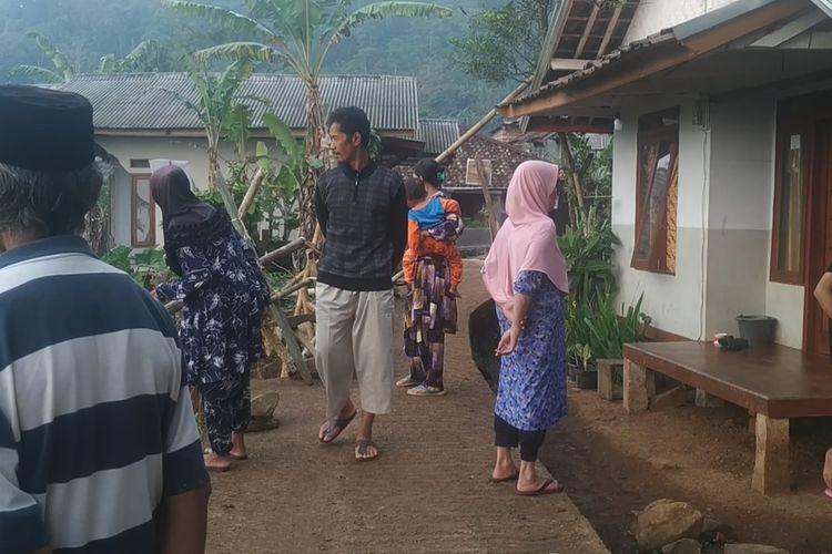 Sejumlah warga Dusun Ciherang berhamburan keluar rumah saat merasakan gempa berkekuatan magnitudo 5,6 di Sukabumi, Jawa Barat, Selasa (27/4/2021).