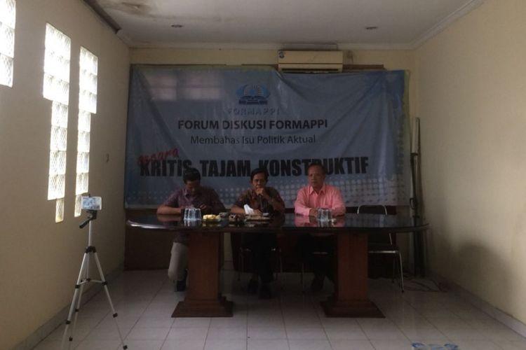 Peneliti Fungsi Pengawasan Forum Masyarakat Peduli Parlemen Indonesia (Formappi) M. Djadijonosaat memaparkan evaluasi Kinerja DPR selama Masa Sidang I Tahun Sidang 2018-2019 di Kantor Formappi, Jumat (23/11/2018).