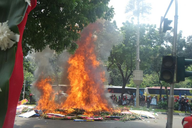 Karangan bunga Ahok-Djarot dibakar oleh para buruh, Senin (1/5/2017).