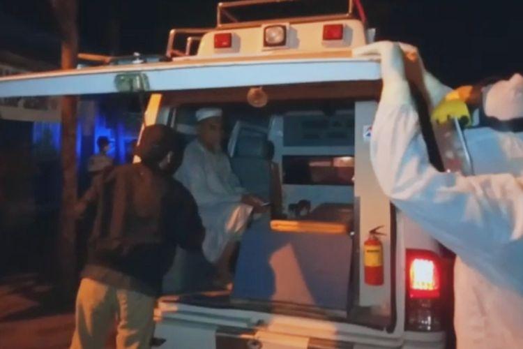 Seorang jemaah tabligh harus dibawa oleh  tim medis untuk menjalani isolasi di RSUD Kota Mataram, Rabu malam (29/4/2020)