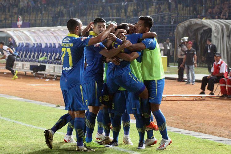Tim Persib Bandung merayakan kemenangan atas Kalteng Putra FC. (KOMPAS.com/SEPTIAN NUGRAHA)