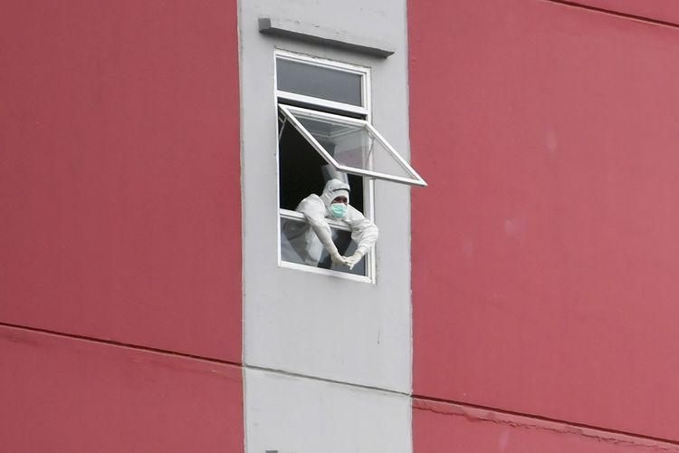 Petugas tenaga kesehatan beraktivitas di Rumah Sakit Darurat COVID-19 Wisma Atlet Kemayoran di Jakarta, Minggu (15/11/2020). Ketua Satgas Penanganan COVID-19 sekaligus Kepala BNPB Letjen TNI Doni Monardo mengatakan selama dua minggu terakhir angka kasus konfirmasi positif COVID-19 di Indonesia mengalami peningkatan yang berdampak pada keterisian ruang isolasi yang semula 32 persen saat ini naik menjadi 53 persen. ANTARA FOTO/Galih Pradipta/aww.
