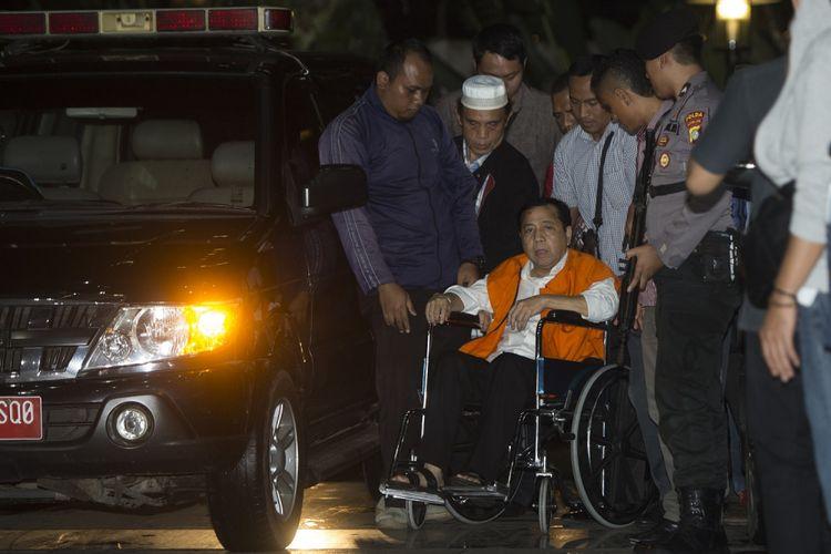 Tersangka kasus korupsi KTP Elektronik Setya Novanto tiba di gedung KPK, Jakarta, Minggu (19/11/2017). Ketua DPR tersebut dipindahkan dari RSCM Kencana ke rutan KPK. ANTARA FOTO/Rosa Panggabean/foc/17.
