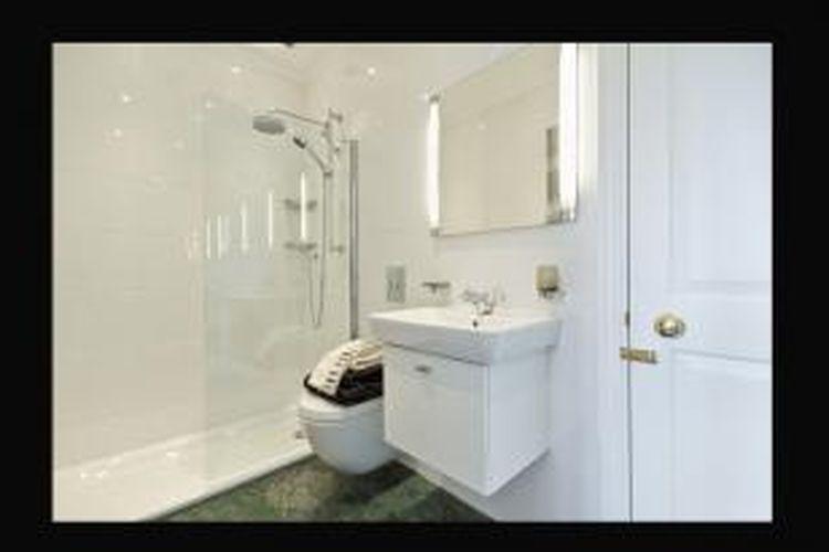 Dengan ukuran rumah yang terbatas, kamar mandi justeru bisa menjadi lokasi ideal. Selain itu, membersihkannya pun lebih mudah, serta tidak ada ruang bagi jamur dan kotoran membandel.