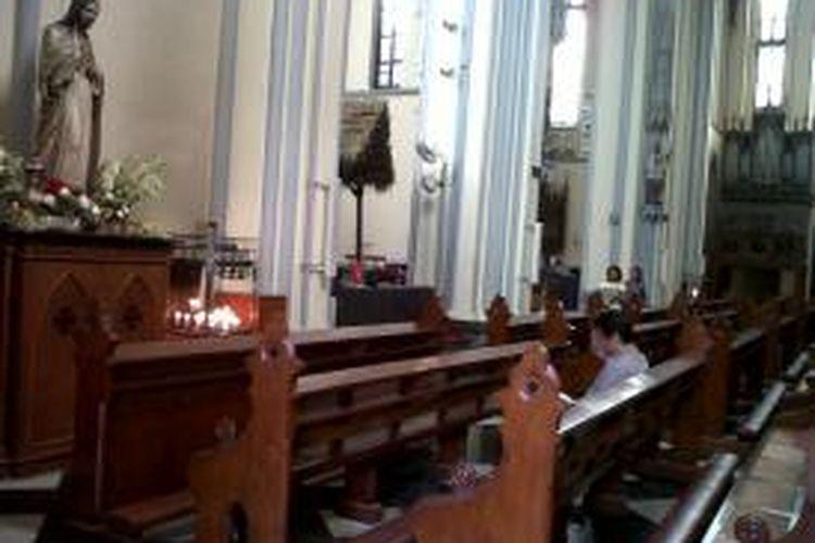Persiapan menyambut Natal di Gereja Katedral Jakarta, Sabtu (21/12/2013).