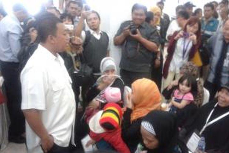 Kepala BNP2TKI Nusron Wahid saat pemulangan 481 tenaga kerja Indonesia dari Arab Saudi, di Common Use Lounge TKI, Bandara Soekarno-Hatta,Tangerang, Senin (19/1/2015).