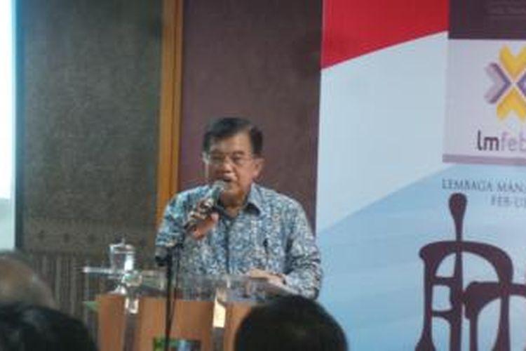 Wakil Presiden Jusuf Kalla saat menghadiri bedah buku Reinventing Indonesia di kampus Universitas Indonesia, Salemba, Jakarta, Rabu (9/9/2015).