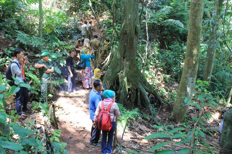 Wisatawan bersaa dinas setempat, dan Komunitas Peduli Puspa Langka (KPPL) Bengkulu yang sedang berkujung dan mencari bunga rafflesia yang mekar di salah satu hutan lindung Provinsi Bengkulu.