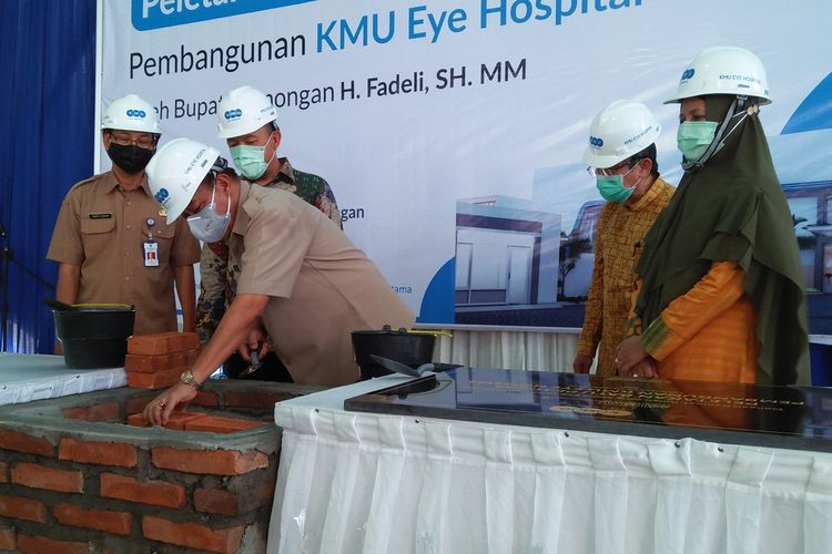 Bupati Lamongan Fadeli saat melakukan peletakan batu pertama KMU Eye Hospital, Senin (26/10/2020).