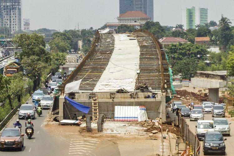 Sejumlah kendaraan melintas di samping proyek pembangunan Jalan Layang Tol Depok-Antasari di jalan TB Simatupang, Jakarta, Senin (11/9/2017). Jalan tol Depok-Antasari (Desari) merupakan jalan tol penghubung Kota Jakarta Selatan dan Kota Depok sepanjang 12 kilometer yang diprediksi akan mengurangi kepadatan di jalan tol Jagorawi dan kemacetan di jalur utama TB Simatupang dan Lenteng Agung yang ditargetkan akan selesai pada 2018. ANTARA FOTO/Galih Pradipta/pras/17