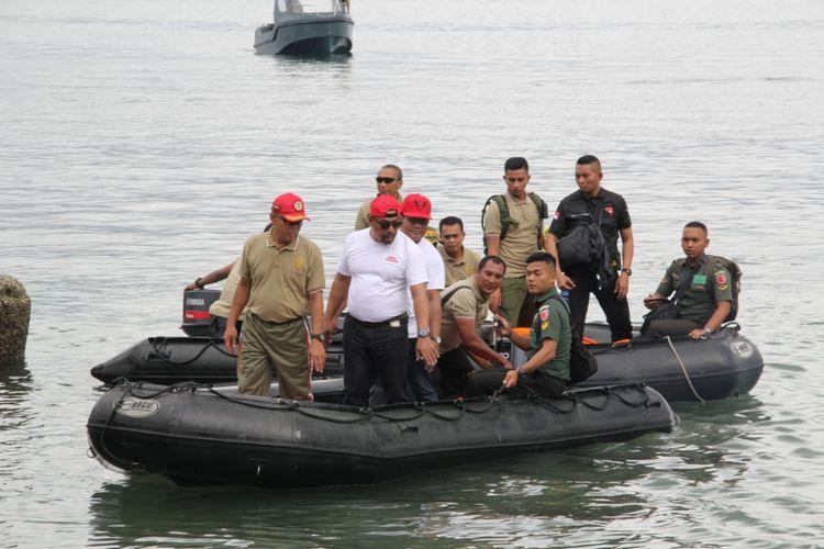 Gubernur Maluku, Murad Ismail bersama Pangdam Pattimura dan Kapolda Maluku menaiki perahu karet untuk membersihkan sampah di Teluk Ambon, Jumat (20/9/2019)