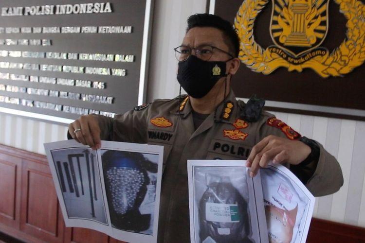 Kombes Pol Winardy, Kabid Humas Polda Aceh memperlihatkan foto barang bukti bahan peldedan dan dokumen yang diamankan dari lima terduga teroris yang ditangkap Densus 88 di Aceh, Sabtu 923/01/2021).