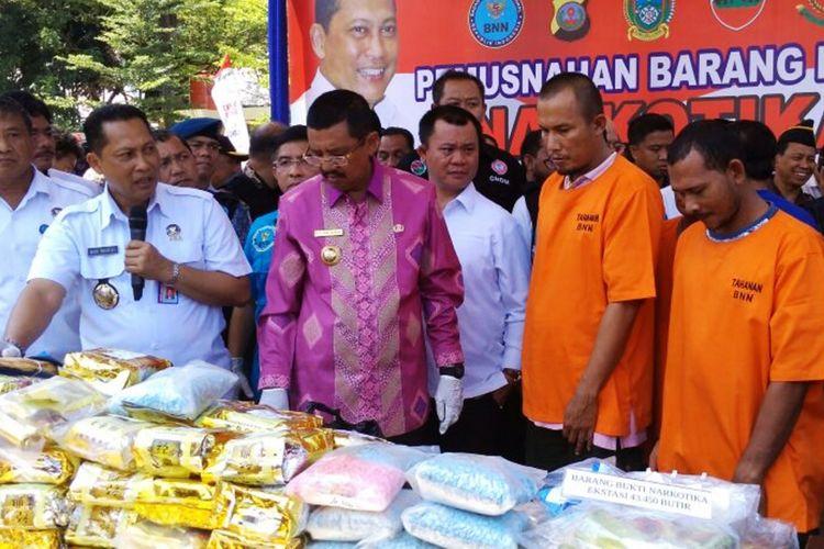 Kepala BNN Komjen Pol Budi Waseso memusnahkan barang bukti narkoba hasil pengungkapan operasi gabungan di wilayah Sumut, Kamis (19/10/2017)