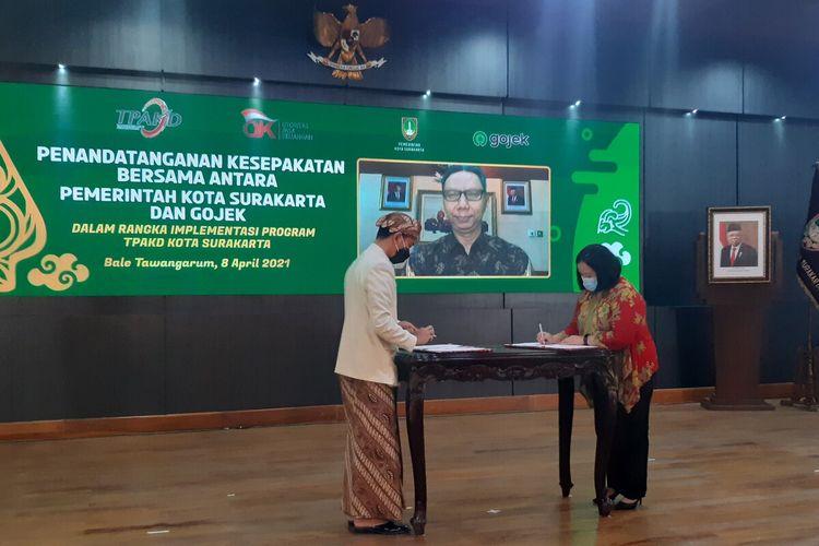 Penandatanganan MoU antara Gojek dan Pemkot Solo yang juga mewakili TPAKD Solo dalam rangka implementasi program TPAKD di Balai Tawangarung Kompleks Balai Kota Solo, Jawa Tengah, Kamis (8/4/2021).