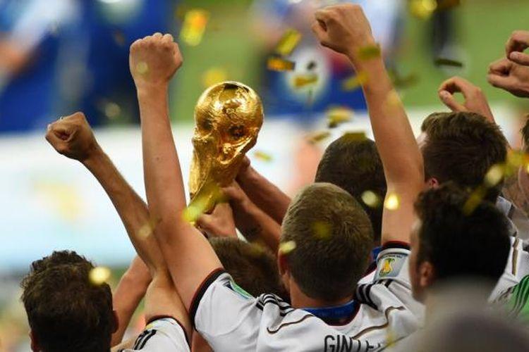 Para pemain Jerman saat mengangkat trofi Piala Dunia 2014 di Stadion Maracana, Minggu (13/7/2014). Jerman keluar sebagai kampiun setelah mengalahkan Argentina 1-0.