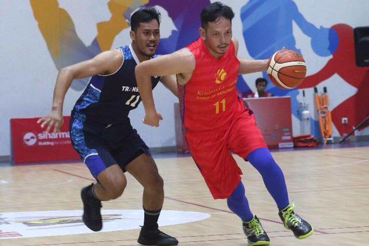 Pertandingan antar-media, pada hari pertama, ditutup penampilan tim basket Transmedia menundukkan perlawanan sengit Kompas Gramedia dengan skor 27-13, Senin (25/11/2019) di Lapangan Basket The Breeze BSD City, Tangerang Selatan..