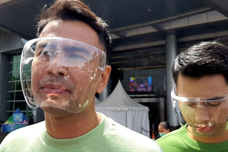 Pembawa acara Raffi Ahmad (kiri) dan Dimas Ramadhan (kanan) saat ditemui di kawasan Tendean, Jakarta Selatan, Jumat (27/11/2020).