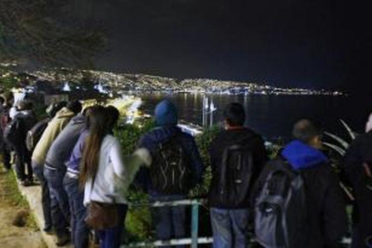 Warga Vlaparaiso, Cile berkumpul di bukit dekat pantai setelah peringatan tsunami dikeluakan menyusul gempa 8,3 Skala Richter (SR), Rabu (16/9/2015).