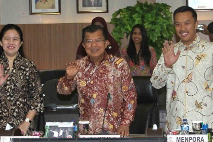 Wakil Presiden Jusuf Kalla (tengah) bersama Menteri Koordinator Pembangunan Manusia dan Kemanusiaan Puan Maharani (kiri) dan Menteri Pemuda dan Olahraga Imam Nahrawi saat konefrensi pers dengan media di lobi Kemenpora Graha Pemuda Kemenpora, Senayan, Jakarta, Rabu (15/3/2017).