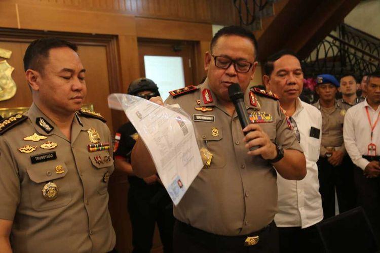 Kapolda Jatim Irjen Luki Hermawan menunjukkan barang bukti praktik pemalsuan dokumen, Senin (17/2/2020).