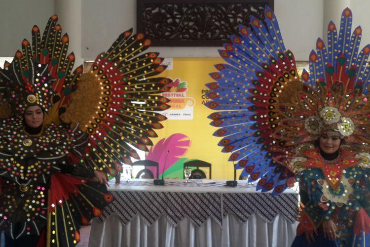 Kostum bunga yang akan ditampilkan dalam Festival Pesona Lokal, Kamis (4/10/2018).
