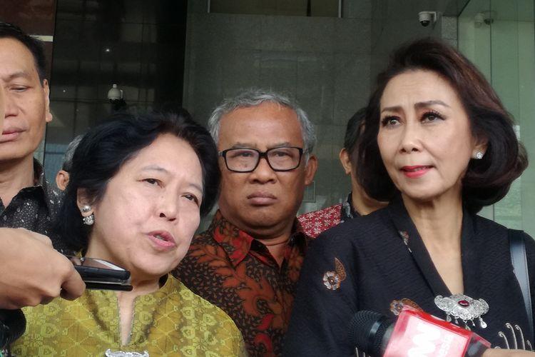 Anggota Pansel Calon Pimpinan KPK sekaligus Pakar hukum pidana dan HAM Harkristuti Harkrisnowo (tengah kiri) bersama Ketua Pansel Calon Pimpinan KPK Yenti Ganarsih (tengah kanan) di Gedung Merah Putih KPK, Jakarta, Rabu (12/6/2019)