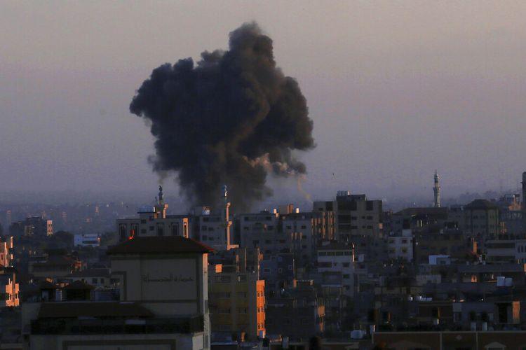 Asap mengepul setelah serangan udara Israel di Kota Gaza, Kamis (13/5/2021).