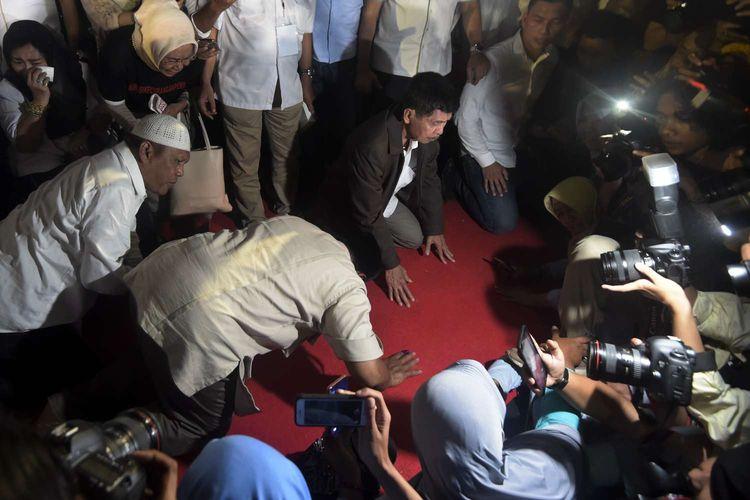Calon Presiden nomor urut 02 Prabowo Subianto melakukan sujud syukur usai konferensi pers tentang klaim kemenangannya di kediamannya Jalan Kertanegara, Jakarta Selatan, Rabu (17/4/2019).
