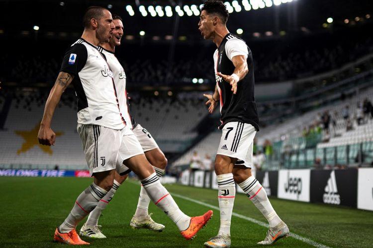 Cristiano Ronaldo merayakan golnya bersama Leonardo Bonucci dan Adrien Rabiot dalam laga Juventus vs Lazio di Stadion Allianz, Selasa (21/7/2020) dini hari WIB.