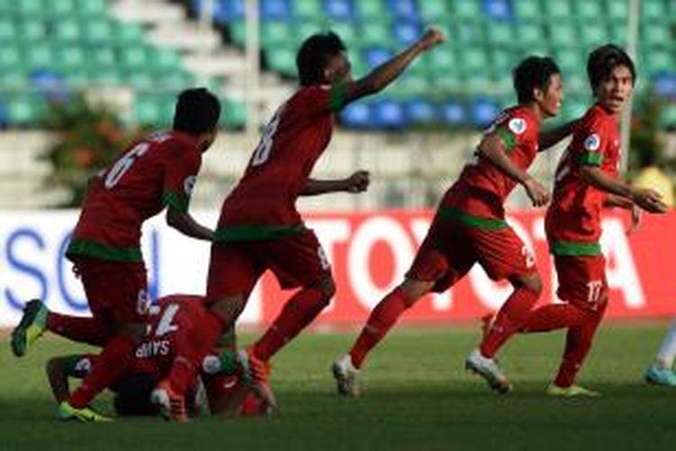 Selebrasi pemain Indonesia setelah Paulo Oktavianus Sitanggang (kanan) mencetak gol ke gawang Uzbekistan pada turnamen sepak bola Piala AFC U-19 di Stadion Thuwunna, Yangon, Myanmar, Jumat (10/10/2014). Indonesia menyerah 1-3.