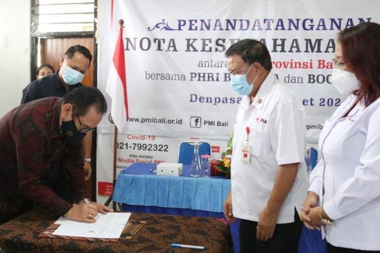 Wakil Gubernur Bali Tjokorda Oka Artha Ardhana Sukawati yang juga Ketua PHRI Bali saat penandatanganan MoU dengan PMI Bali.