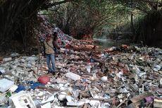 [BERITA FOTO] Tumpukan Sampah Berusia 50 Tahun di Kali Baru