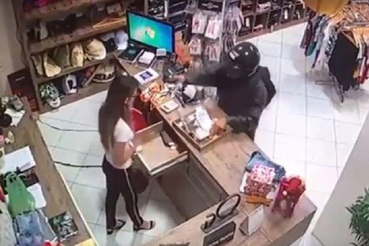 Potongan rekaman CCTV memperlihatkan gadis 23 tahun bernama Renata Ranyelle Almeida ditembak tepat di mukanya oleh pelaku yang diduga mantan pacar ketika hendak merampok toko pekan lalu.