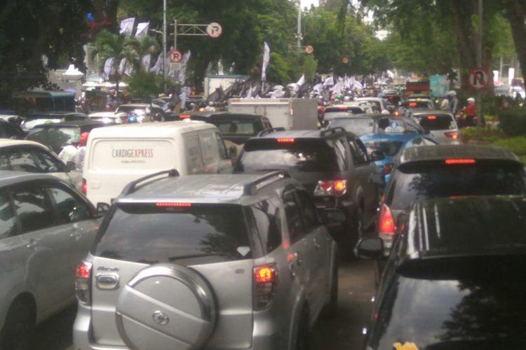 Arus lalu lintas macet di Jalan Gerbang Pemuda, Jumat (29/9/2017).