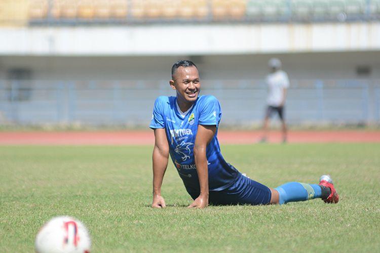 Mantan pemain Tira Persikabo dan Persis Solo, Sansan Fauzi Husaeni, mengikuti sesi latihan bersama tim Persib Bandung pada Senin (21/6/2021), di Stadion GBLA, Kota Bandung. Dia datang ke Persib untuk ikut seleksi.