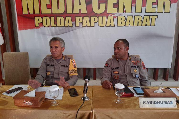 Karo Ops Polda Papua Barat Kombes Pol Moch Sagi (kanan) menjelaskan situasi terkini di Fakfak, Papua Barat sudah aman terkendali, Rabu (21/8/2019).