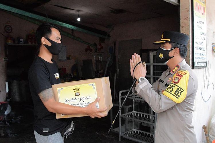 Polres Badung menutup tempat usaha dan memberikan sembako ke pemilik usaha di di Banjar Denkayu Baleran, Desa Werdi Bhuana, Kecamatan Mengwi, Kabupaten Badung, Rabu (14/7/2021)