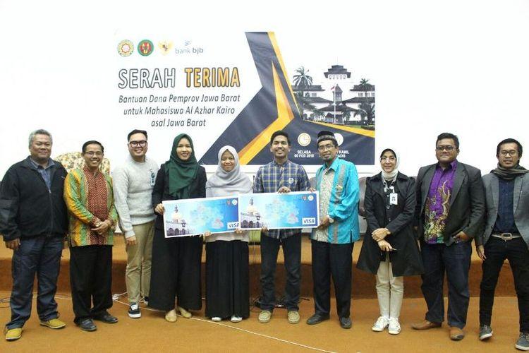 Pemprov Jawa Barat menyerahkan dana beasiswa senilai total Rp 4,5 miliar kepada 365 orang mahasiswa sedang belajar di Universitas Al-Azhar Mesir.