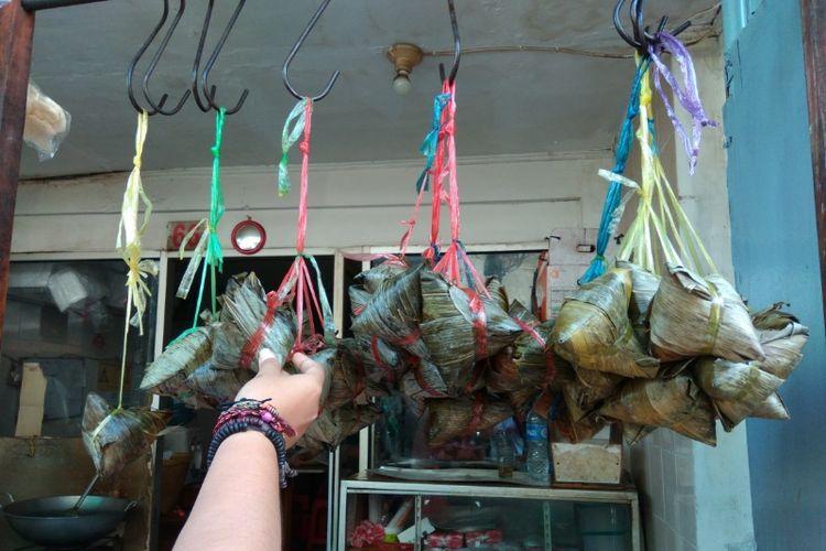 Bacang dengan berbagai varian isi dijual di Pancoran, Glodok, Jakarta Barat.