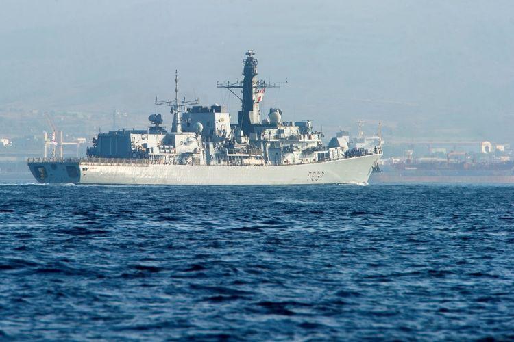 Kapal perang Inggris HMS Westminster yang dikirim untuk misi pencegatan dan mengawal kapal milik Rusia di Selat Inggris, Senin (8/1/2018).