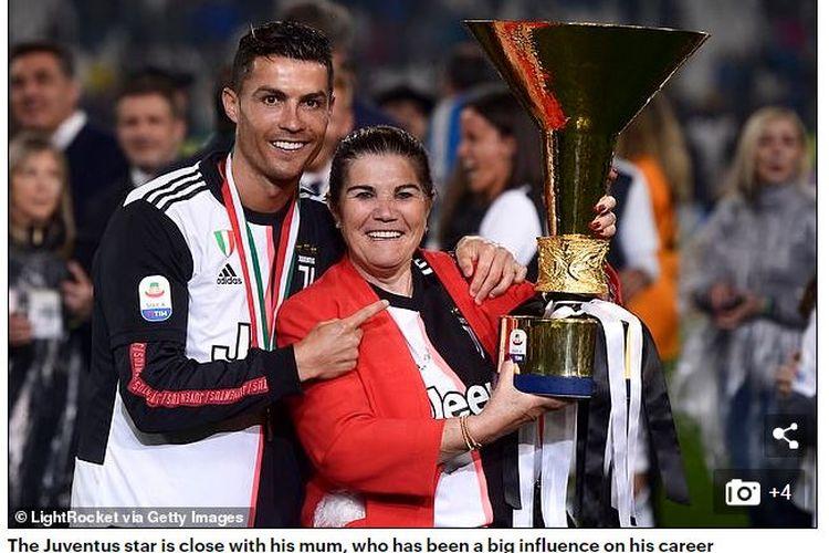 Bintang Juventus, Cristiano Ronaldo, berpose bersama ibunya, Maria Dolores.