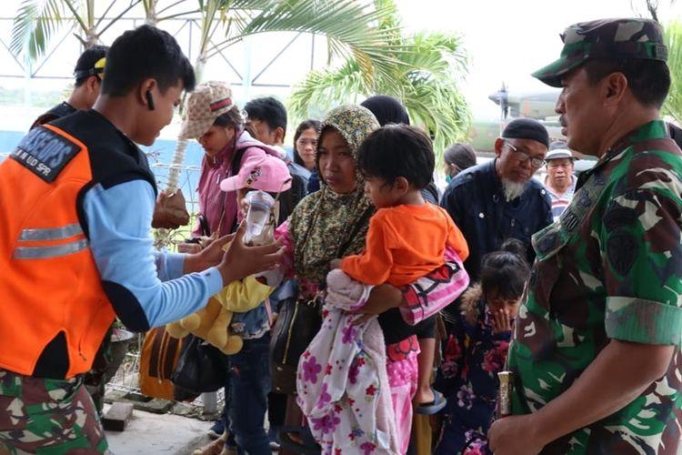 Para pengungsi dari Wamena, Kabupaten Jayawijaya, tiba di Jayapura, Jumat (27/9/2019)