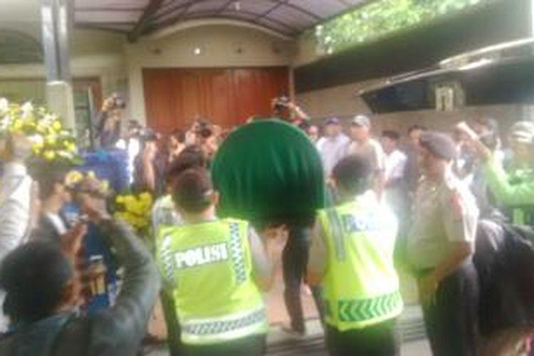 Kedua jenazah pasangan suami istri yang ditemukan tewas di Pandeglang, Banten, saat tiba di rumahnya, di Batu Indah Raya No 46A, Kelurahan Batununggal, Kecamatan Bandung Kidul, Bandung, Jawa Barat, Senin, (14/4/2014),