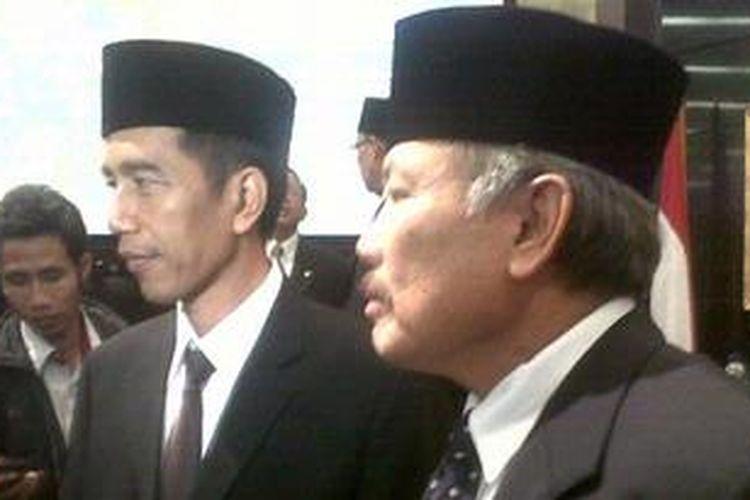 Gubernur DKI Jakarta Joko Widodo (kiri berpeci) bersama Ketua DPRD DKI Jakarta Ferrial Sofyan sesaat setelah pengesahan APBD DKI tahun anggaran 2013 di Gedung DPRD DKI, Senin (28/1/2013).