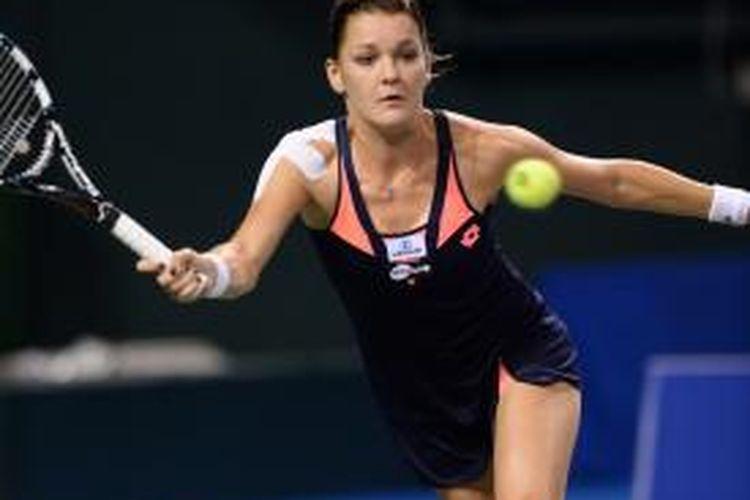 Petenis Polandia, Agnieszka Radwanska mengembalikan bola Stefanie Voegele dari Swiss, saat bertemu di babak ketiga China Open yang berlangsung di Beijing, Kamis (3/10/2013). Radwanska menang 4-6, 6-4, 6-4.