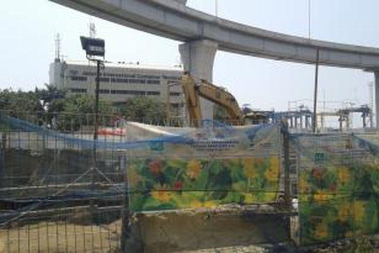 Pembangunan jalan tol menuju Pelabuhan Tanjung Priok, atau Akses Tol Priok (ATP), Minggu (24/8/2014).