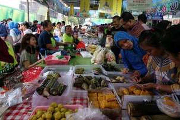Pasar Takjil di Bendungan Hilir, Tanah Abang, Jakarta Pusat, Selasa (7/6/2016).  Seperti pada tahun-tahun sebelumnya, Pasar Takjil Bendungan Hilir (Benhil) ramai diserbu pengunjung saat Ramadhan.