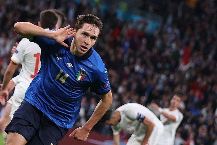 Gelandang serang Italia Federico Chiesa berselebrasi setelah mencetak gol pertama tim dalam laga semifinal Euro 2020 antara Italia vs Spanyol di Stadion Wembley, London, pada 6 Juli 2021.